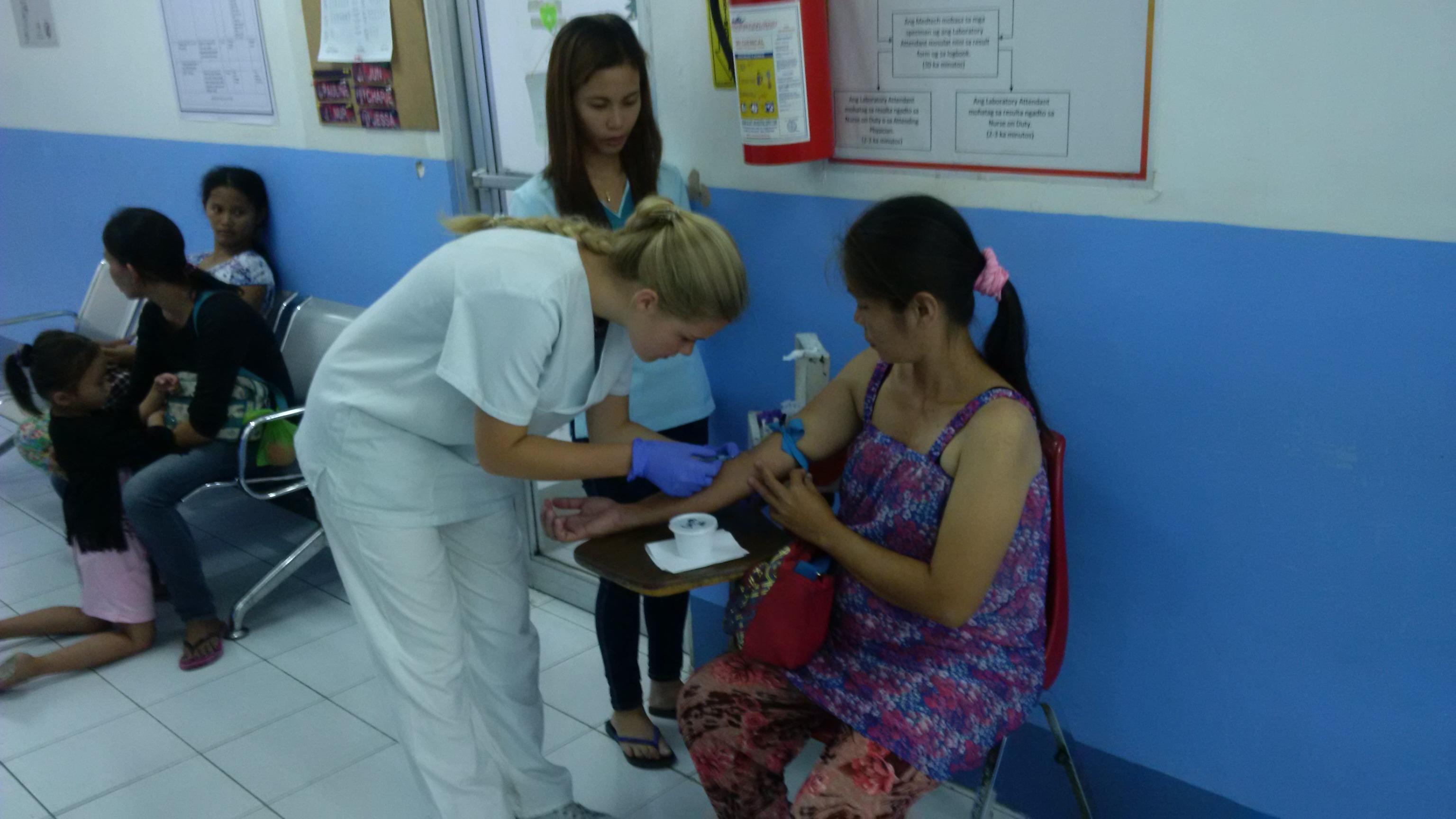 Una doctora y una interna de medicina durante un chequeo a una paciente en Filipinas.